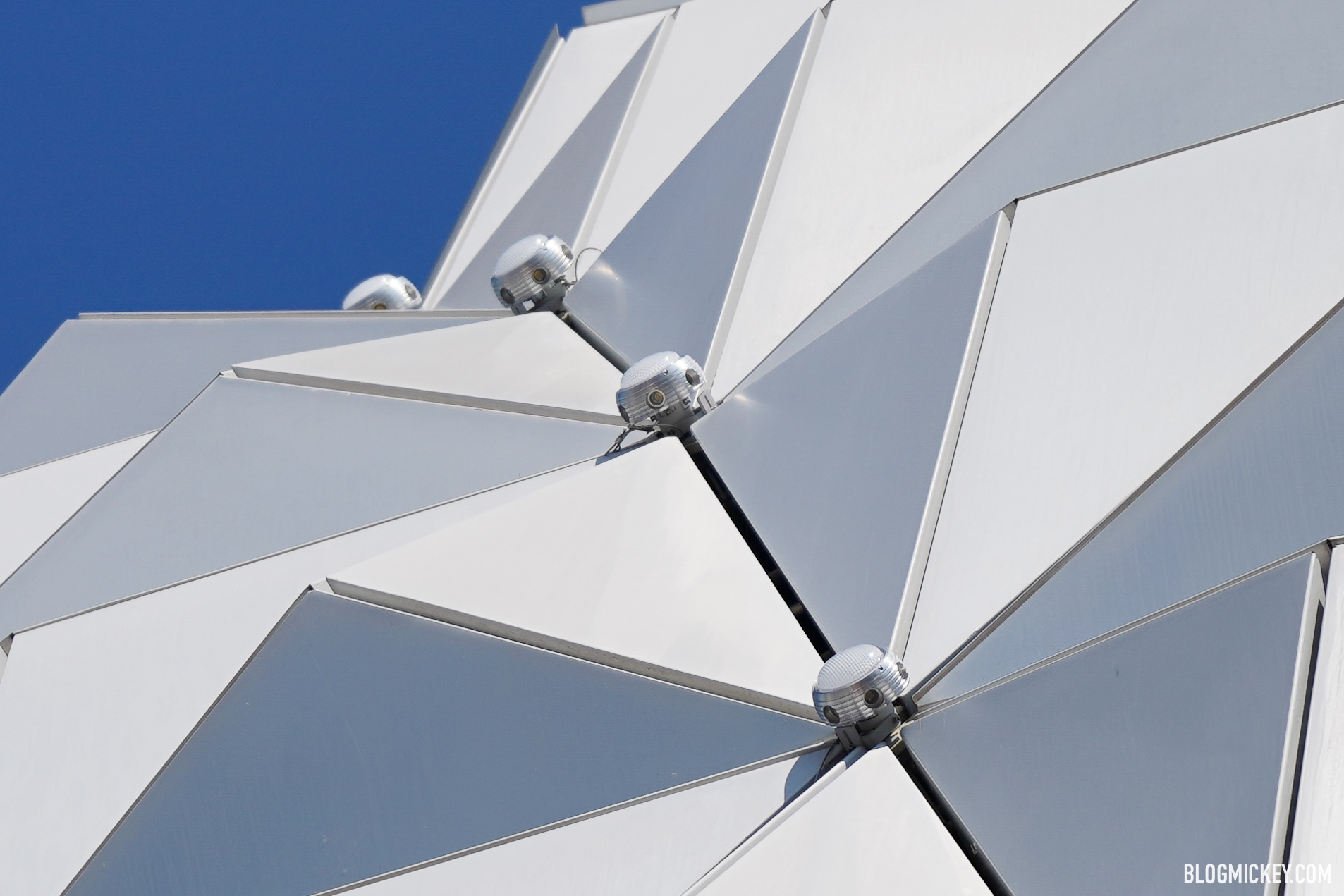 points-of-light-installation-spaceship-earth